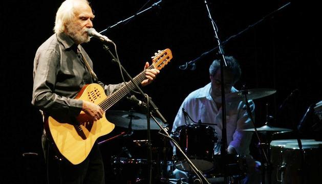 George Moustaki, en un concierto en Pamplona en octubre de 2005.