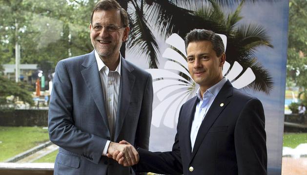 El Presidente del Gobierno, Mariano Rajoy (izda.), saluda al presidente de México, Enrique Peña Nieto, durante la VII Cumbre Alianza del Pacífico