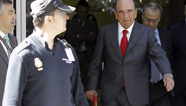 El presidente del Santander, Emilio Botín, a su salida de la Audiencia Nacional tras comparecer como testigo.