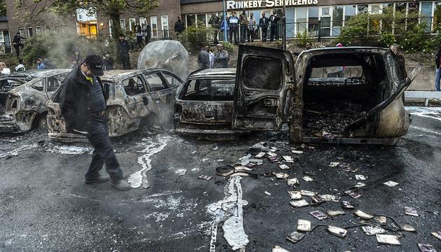 Jóvenes inmigrantes incendiaron vehículos y se enfrentaron con rocas a la Policía durante los enfrentamientos.