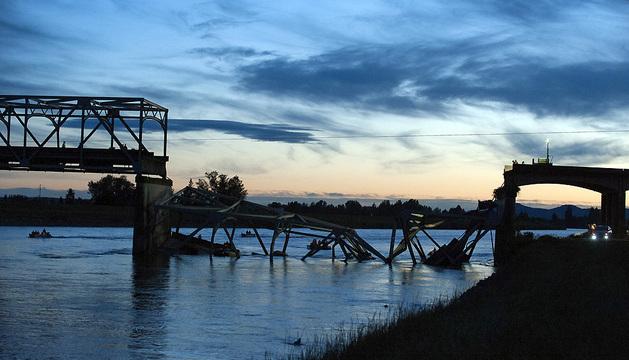 Equipos de rescate en el lugar en el que una sección del puente del río Skagit se colapsó mientras varios vehículos pasaban sobre éste, en Mount Vernon.