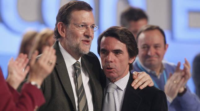 Mariano Rajoy abraza a José María Aznar en el Congreso del PP de 2012