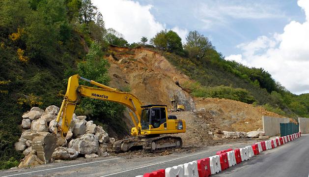 Una excavadora trabaja en la zona de Belate tras el último desprendimiento.