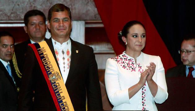 El presidente de Ecuador Rafael Correa es aplaudido por la presidenta de la Asamblea Nacional, Gabriela Rivadeneira, después de tomar juramento en la en la sede de la Asamblea en Quito.
