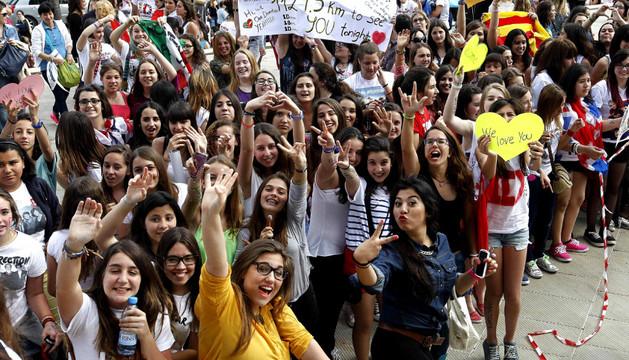 Centenares de jóvenes hacen cola para entrar al concierto