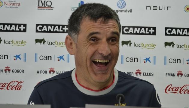 José Luis Mendilibar, entrenador de Osasuna, ha bromeado con los periodistas tras la rueda de prensa en Tajonar