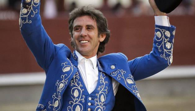 Pablo Hermoso de Mendoza saluda al respetable con la oreja de su segundo durante la corrida de rejones de la Feria de San Isidro