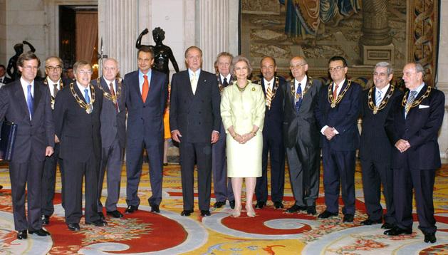 Los Reyes, Juan Carlos y Sofía, posan junto a los ponentes de la Constitución- con Herrero de Miñon de tercero desde la derecha- en un acto de reconocimiento de 2004
