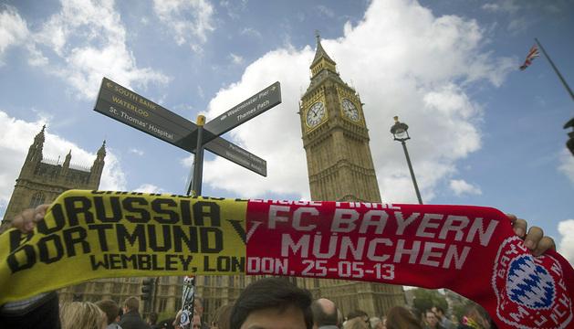 Un aficionado, con una bufanda conmemorativa de la final de Champions, junto al Big Ben londinense.