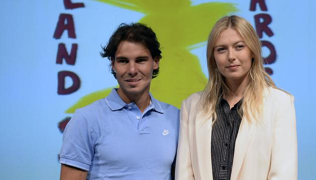 El tenista español Rafael Nadal y la rusa Maria Sharapova posan para los fotógrafos durante el sorteo de Roland Garros.