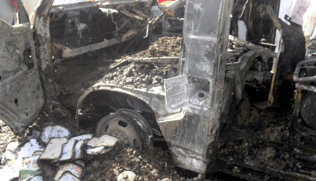 Restos de la furgoneta escolar que ha estallado