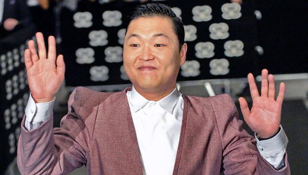 El verdadero cantante Psy en un acto en Singapur, mientras su impostor disfrutaba de las fiestas de Cannes
