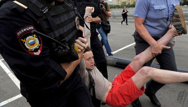 Policías rusos detienen a un activista.