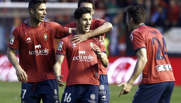 Cejudo celebra con sus compañeros el segundo gol de Osasuna
