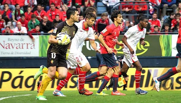 Osasuna logró la victoria por 2-1 ante el Sevilla. El equipo rojillo remontó el tanto inicial de Negredo con dos goles de Puñal y Cejudo.