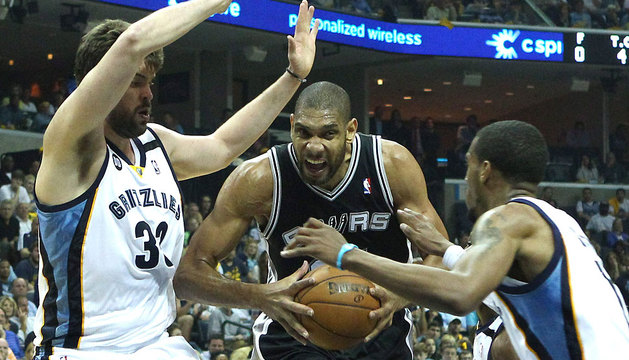 Marc Gasol y Mike Conley intentan parar a Tim Duncan.