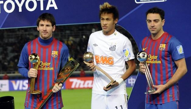 Neymar, en el centro, entre Messi y Xavi