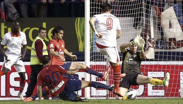 El guardamenta de Osasuna, Andrés Fernández (dcha.), detiene el lanzamiento del delantero del Sevilla, Álvaro Negredo