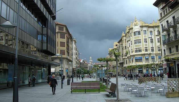 Cielos cubiertos en la avenida Carlos III, en Pamplona.