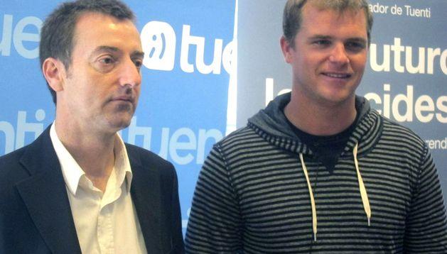 El creador y presidente ejecutivo de la exitosa red social española Tuenti, Zaryn Dentzel (d), junto al editor (i) de su libro