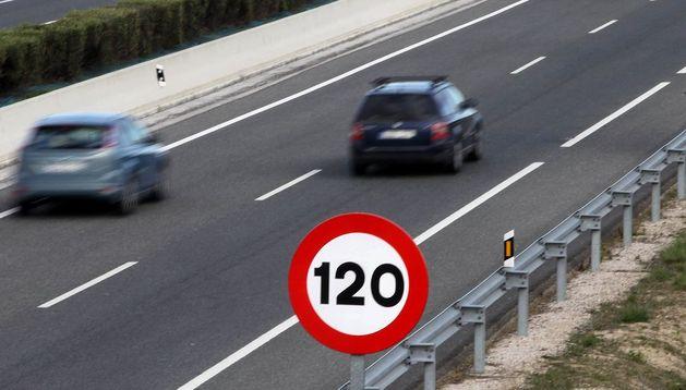 Un cartel indica la velocidad en una autovía.