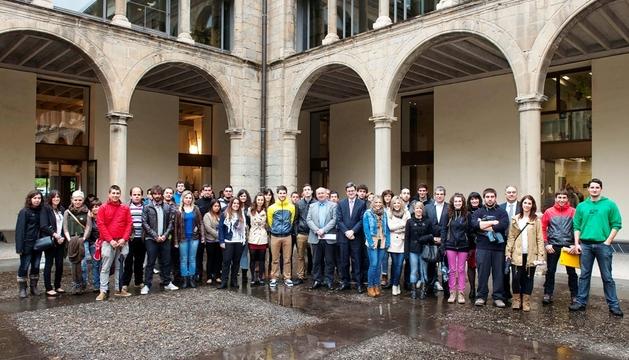 El consejero Iribas, con los alumnos participantes en el programa europeo Leonardo Da Vinci.