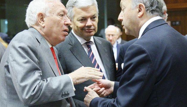 El ministro español de Exteriores José Manuel García-Margallo (izda.) conversa con su homólogo belga Didier Reynder y el francés Laurent Fabius.