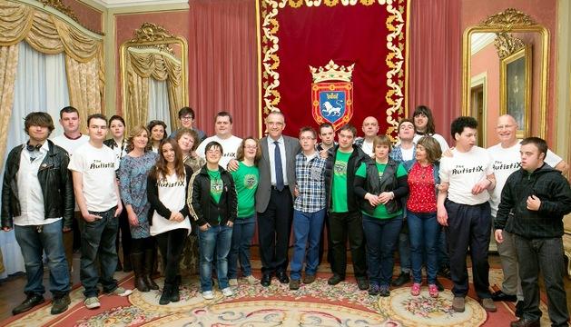 Foto de grupo de la recepción ofrecida por el alcalde Maya.