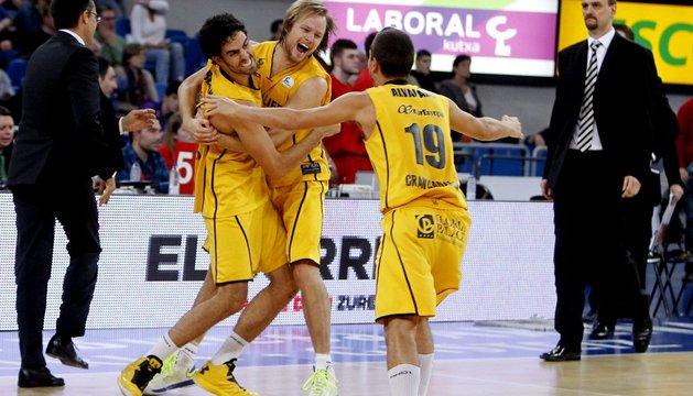 Jugadores del Gran Canaria celebran el triunfo en Vitoria.