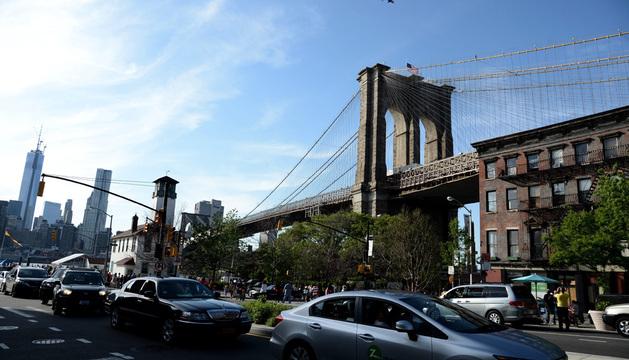 Un helicóptero de la Policía de Nueva York sobrevuela el Puente de Brooklyn.