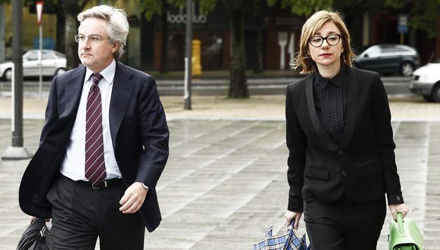 El ex director general de Caja Navarra, Enrique Goñi, acompañado de su abogada, a su llegada al Palacio de Justicia de Pamplona,