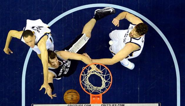 Tiago Splitter de los Spurs en acción ante Tayshaun Prince y Marc Gasol de los Grizzlies durante el partido