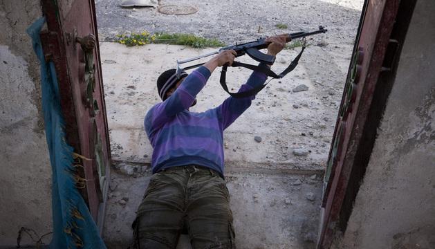 Un miembro del Ejército Libre Sirio dispara en Menag (Siria).