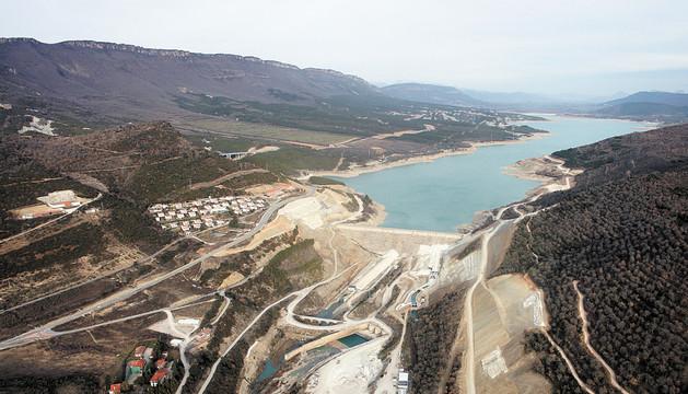 Vista aérea del embalse de Yesa. A la izquierda de la presa y de las obras del recrecimiento, la ladera que recientemente se ha deslizado y las casas desalojadas.