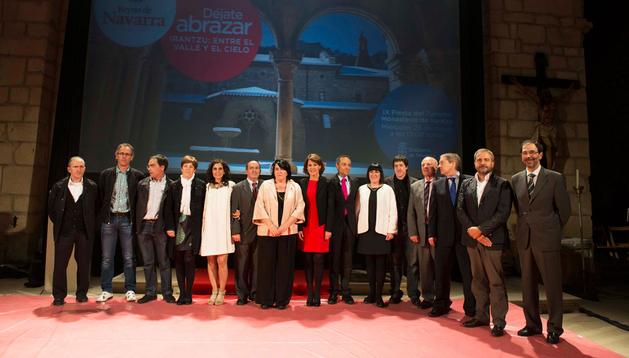 La presidenta Yolanda Barcina, junto a los galardonados y consejeros asistentes a la gala