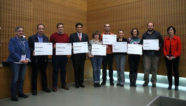 Los representantes de las ONG, con las donaciones.
