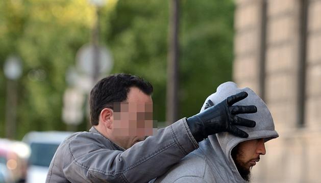 El presunto agresor apuñaló a un militar en un intercambiador del metro de la capital francesa.