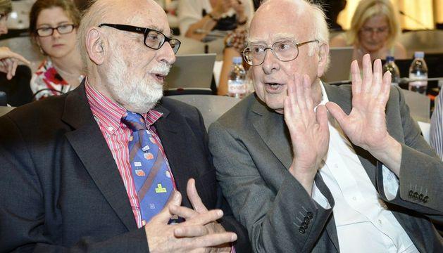 Fotografía de archivo del 04/07/2012 del físico británico Peter Higgs (d) y su compañero belga Francois Englert.
