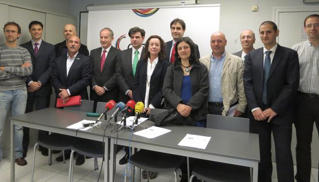 Foto de familia tras la firma del convenio