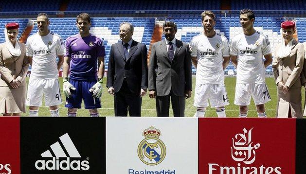 El Real Madrid presentó este jueves su nueva equipación para el año que viene, con la novedad de un nuevo patrocinador en su camiseta