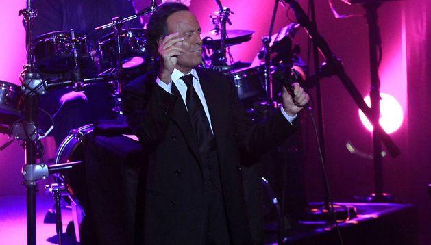 Julio Iglesias durante un concierto.