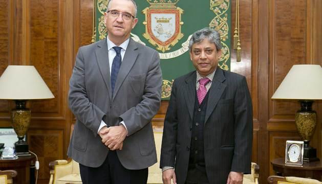Maya recibe al embajador de Bangladesh en España, Chowdhury Ikhtiar Momin.