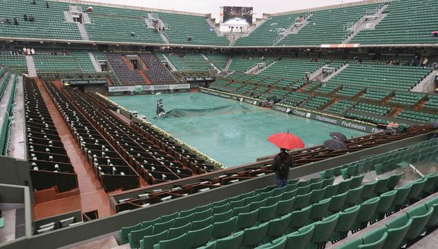 Vista de la pista Philippe Chartrier vacía en la quinta jornada del torneo de Roland Garros