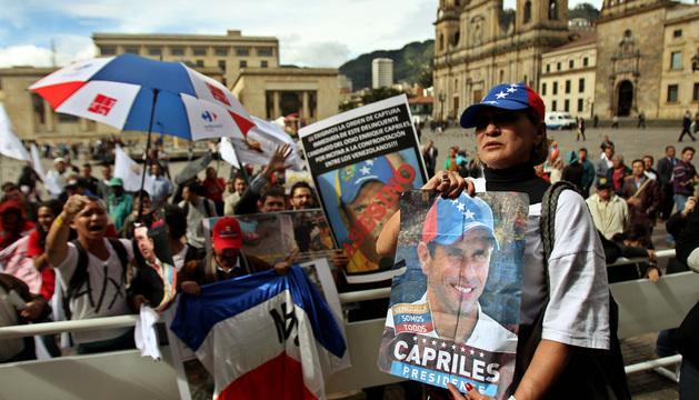Simpatizantes del fallecido presidente de Venezuela Chávez protestan contra la visita del líder opositor venezolano Capriles en la Plaza Bolívar, en Bogotá.