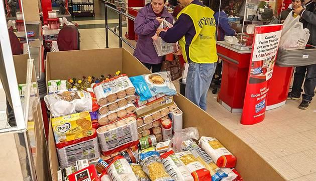 Voluntarios y donantes colaboran en la segunda gran recogida de alimentos organizada por el Banco de Alimentos de Navarra y Fundación Diario de Navarra.