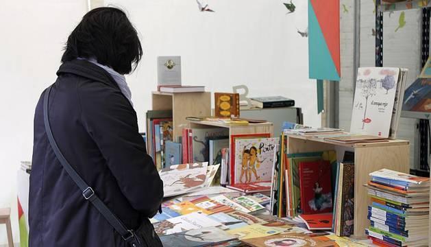 Mal tiempo en la inauguración de la XII Feria del Libro de Pamplona, con los visitantes acudiendo a los puestos de la Plaza del Castillo.