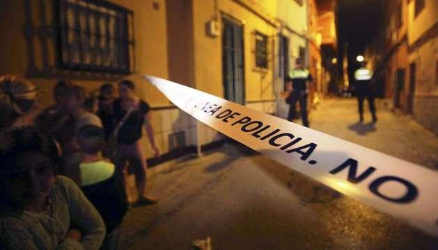 Cordón policial en las inmediaciones del domicilio en el que han sido hallados los cuerpos de dos menores de corta edad.