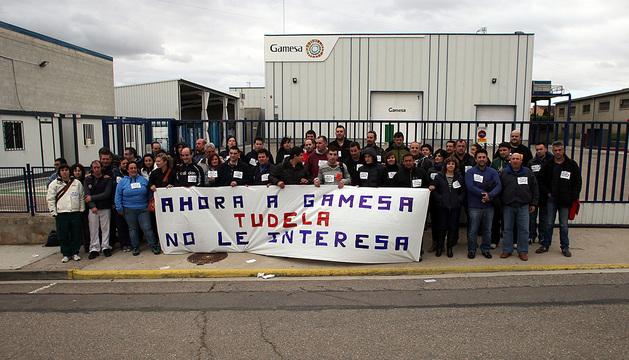 Empleados de Gamesa, durante una manifestación este viernes en la planta de Tudela, en la que se contempla un ERE con 71 despidos
