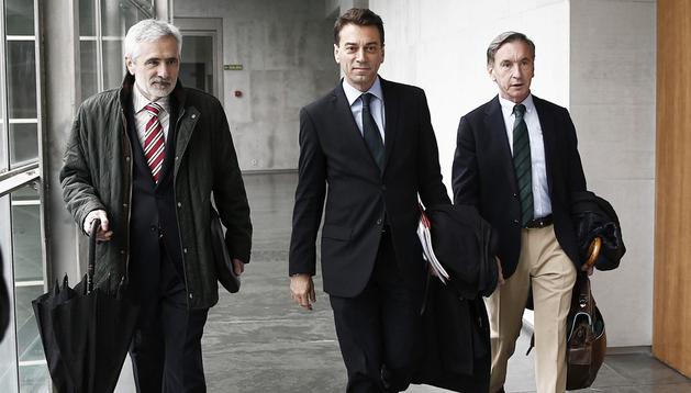 Los miembros de la comisión gestora de la Fundación de la CAN, Juan Franco (centro), José Antonio Razquin (izda.) y Pedro Ugalde (dcha.), a su llegada al Parlamento de Navarra