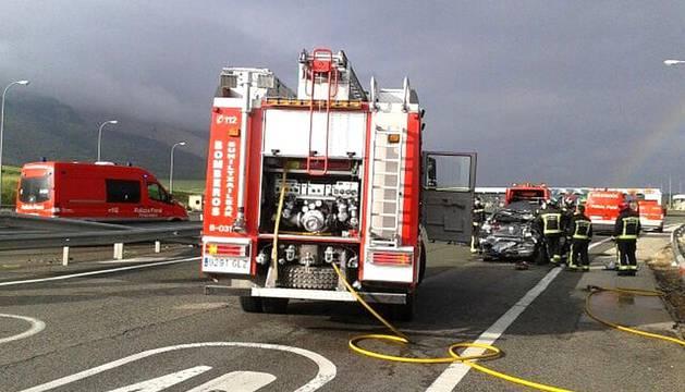 Una persona ha muerto y otras dos han resultado heridas en un accidente entre un coche y un camión en el peaje de Ia AP-15 a la altura de Imárcoain, en sentido sur.